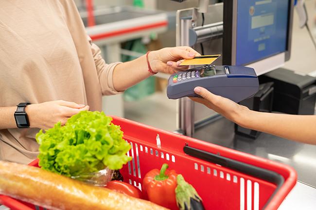 Оплата дебетовой картой в магазине.
